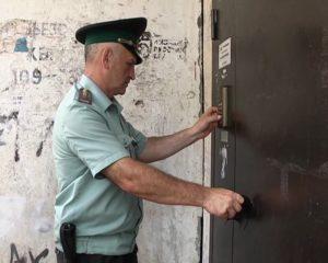 Имеют ли право пристава взломать дверь