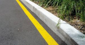 Желтая полоса вдоль бордюра что значит